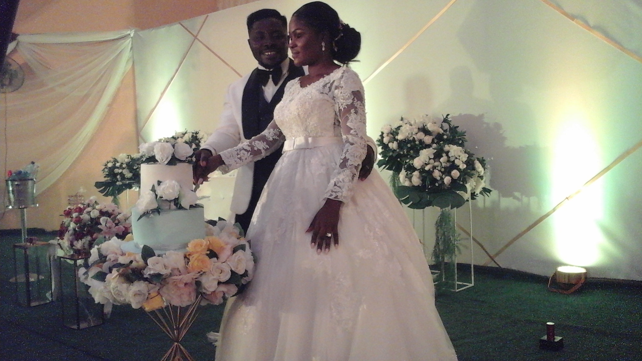 •The new couple, Gideon and Peace Ayogu, about to cut their wedding cake . . . on Saturday