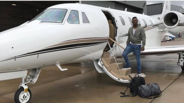 •Singer Dammy Krane about to board a chartered jet after being freed of credit card fraud, on Thur