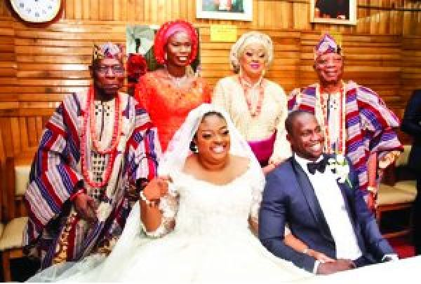 •Olujonwon Obasanjo with her bride, her father and in-laws on his wedding day