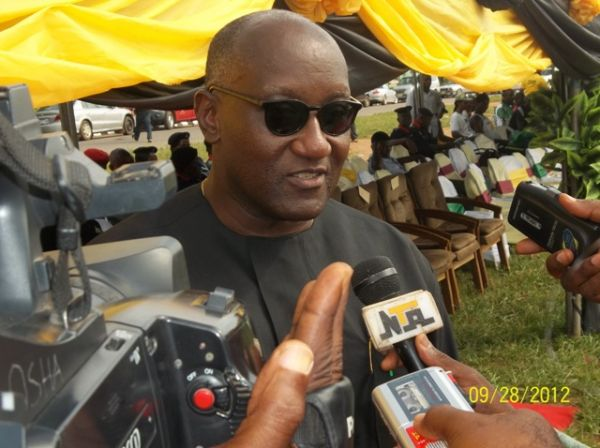 •Anambra PDP governorship frontrunner Oseloka Obaze fielding questions from journalists.