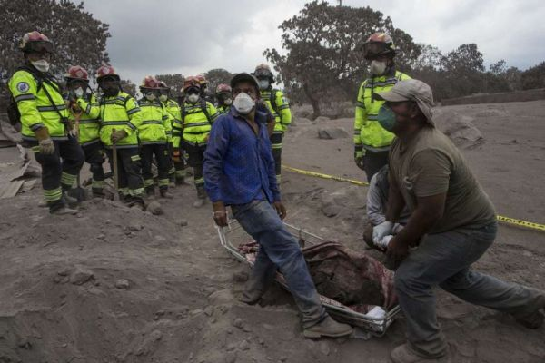 •People try to identify the body of a relative who died in the disaster