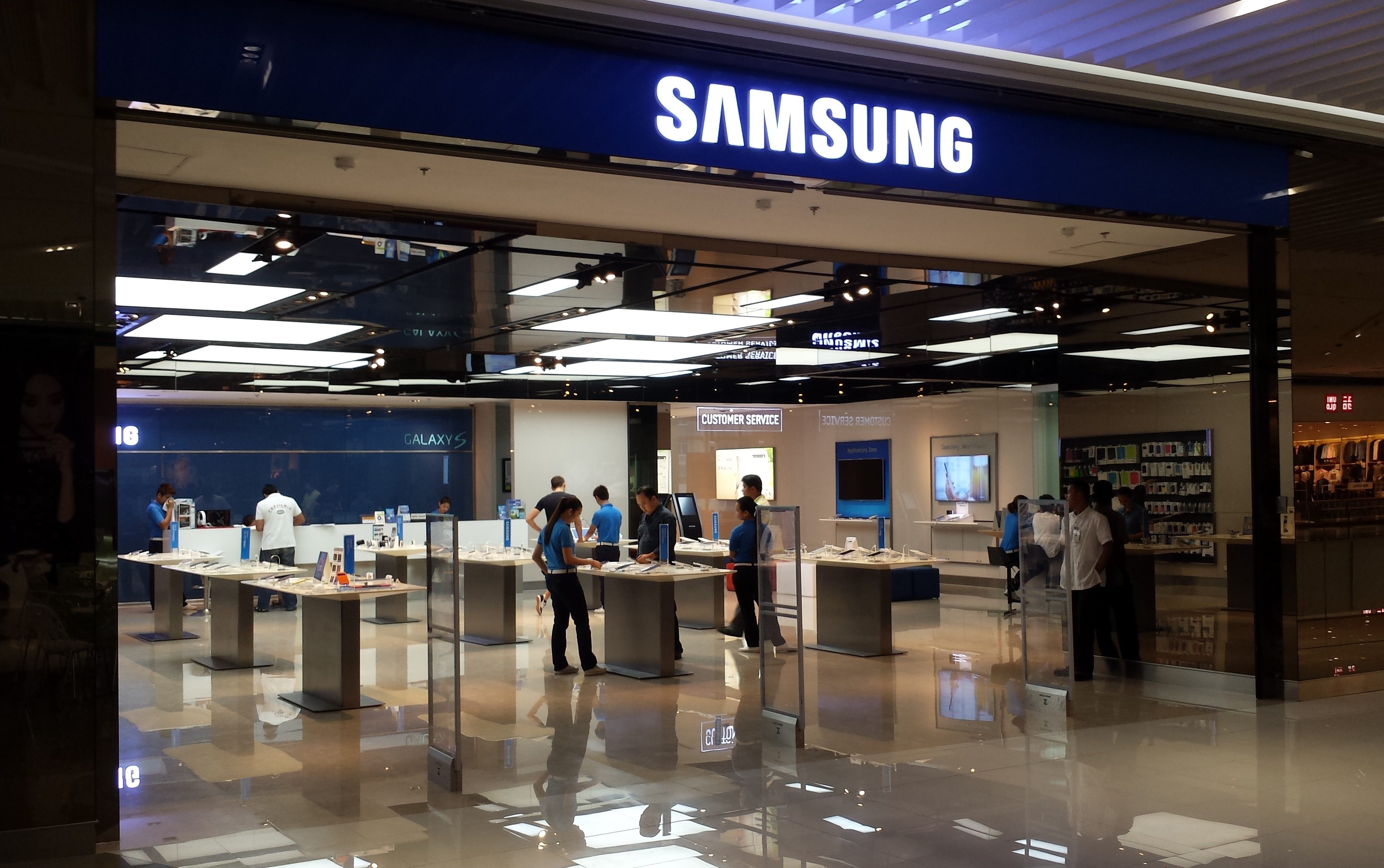 Samsung Unsettles Apple With Folding Smartphone Global Business