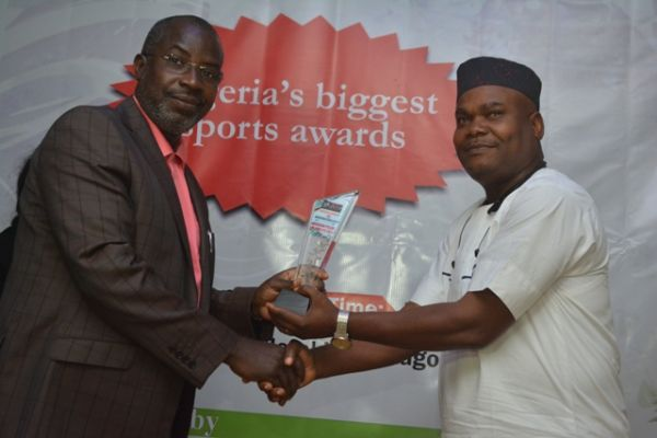 •Jackson Udom receiving Senator Akpabio's award from the event chairman, Taye Ige . . . on Satur