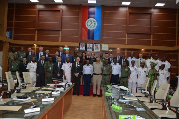 •The visiting UK Defence College team with Nigerian military chiefs.