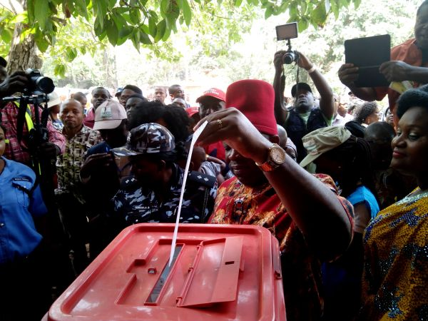 •Dominant candidate Victor Umeh casting his vote in his Aguluzigbo ward. Photo: Ifeoma Okafor