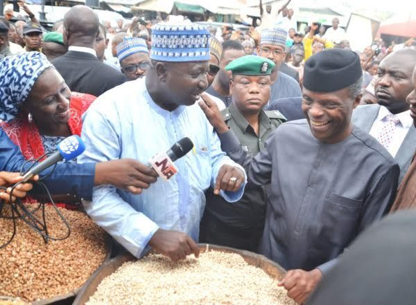•Acting President Osinbajo interacting with Garki Market traders on Friday.